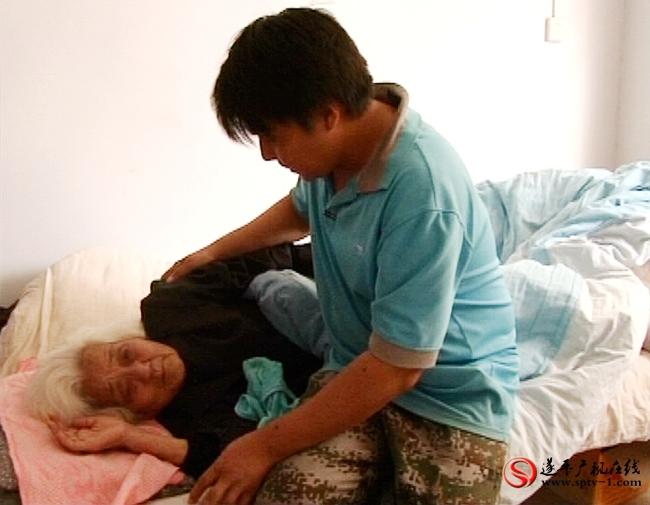 钟喜宇照顾完爸妈,再去侍候80多岁的奶奶。
