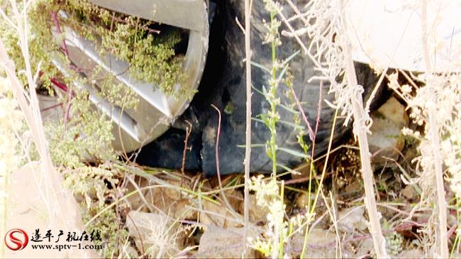 强烈的撞击,把右前轮的轮胎撞爆。