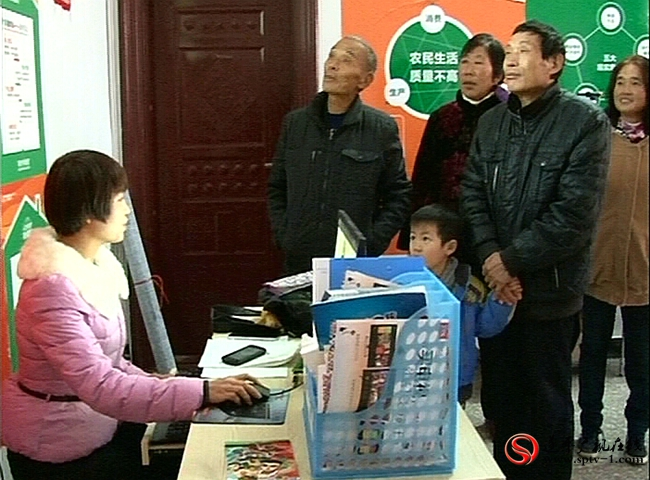 村民在农淘网店选购商品