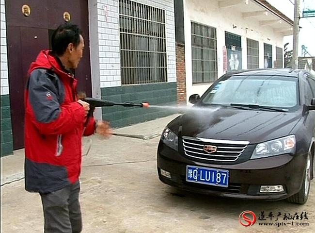 村民使用在农淘网店选购买的洗车利器