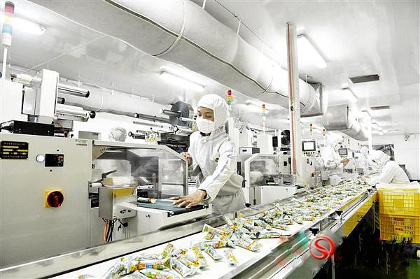 图为米果生产线。