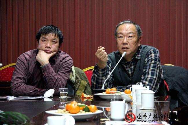 摄影家协会主席陈钢在评片。