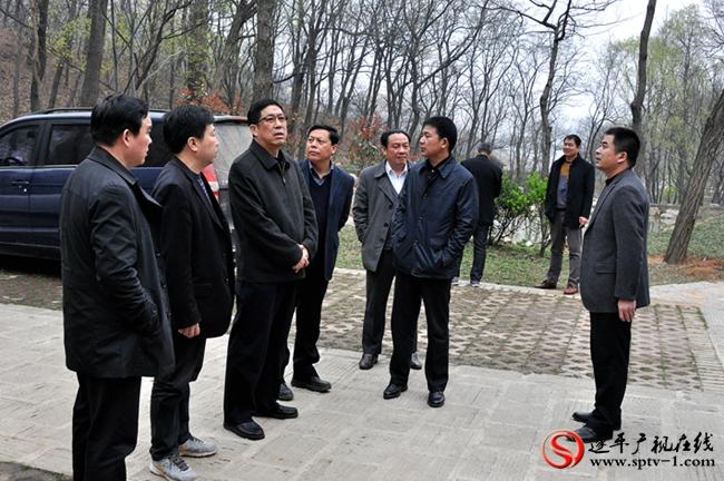 侯怀堂(左三)在实地查看森林防火工作。