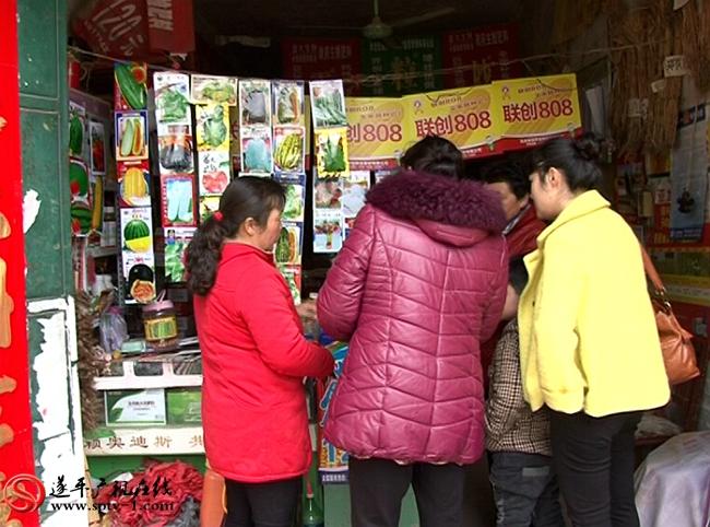 乡亲们向农艺师黄平良请教田间管理技术。