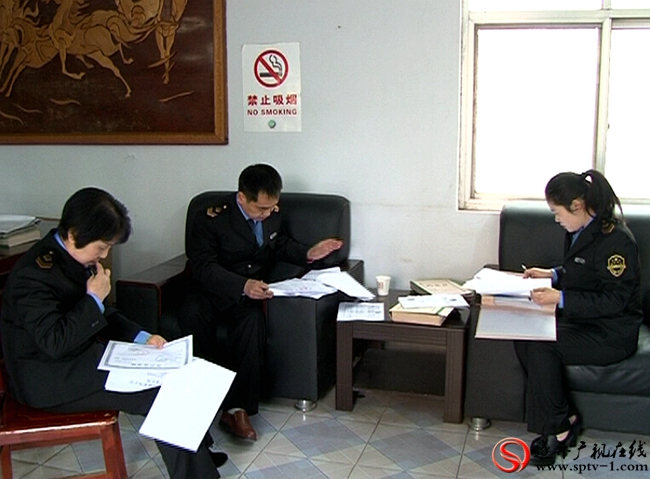 遂平县食品药品监督管理局组织执法人员对疾控中心的疫苗档案进行彻查。