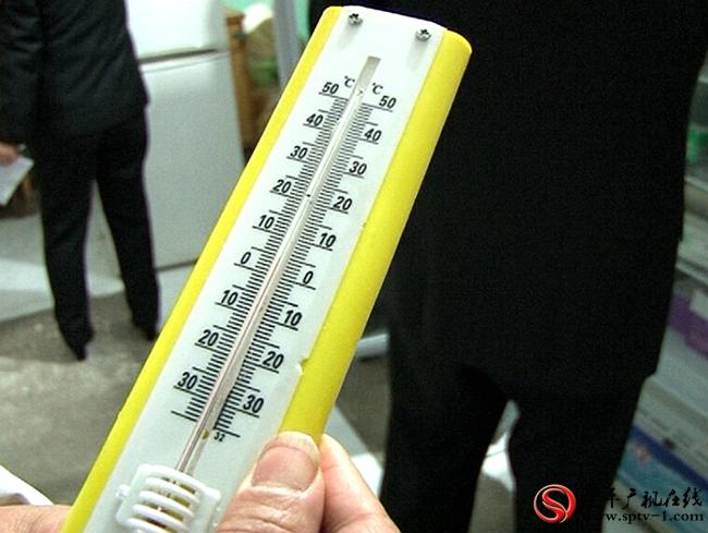 遂平县食品药品监督管理局组织执法人员对疾控中心的疫苗仓库储存环境进行测试检查。