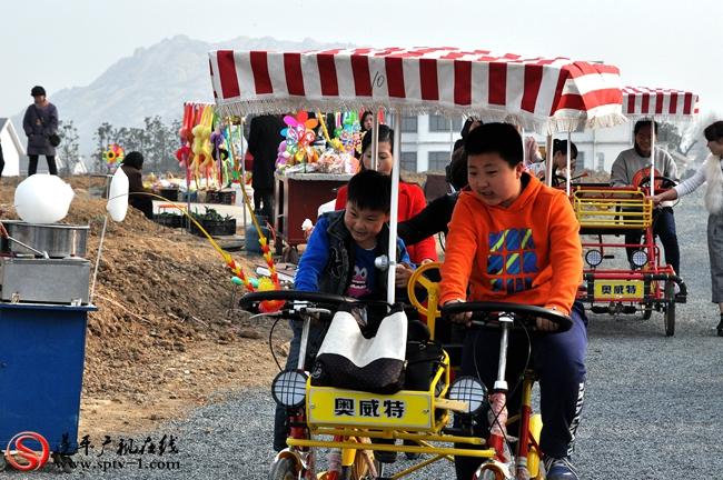 郁金香园为游客准备的双骑自行车也是供不应求。