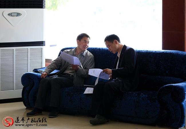出席第八届遂平县委员会第五次会议的政协委员在驻地讨论相关文件。
