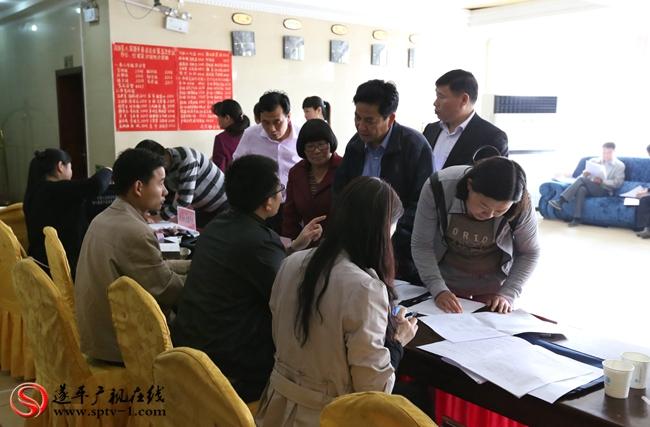 出席第八届遂平县委员会第五次会议的政协委员在报道处报道登记。