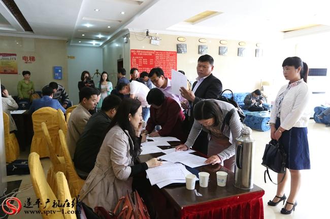 出席第八届遂平县委员会第五次会议的政协委员在报道处报道登记。 出席第八届遂平县委员会第五次会议的政协委员在报道处报道登记。