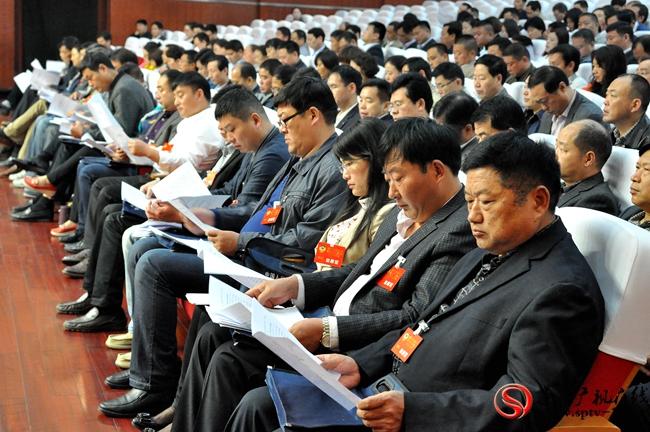 政协委员们认真听取县委书记何冬讲话。