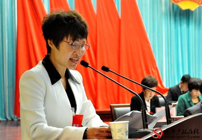 县政协主席副主席孙秀荣做政协八届四次会议以来提案工作情况报告。