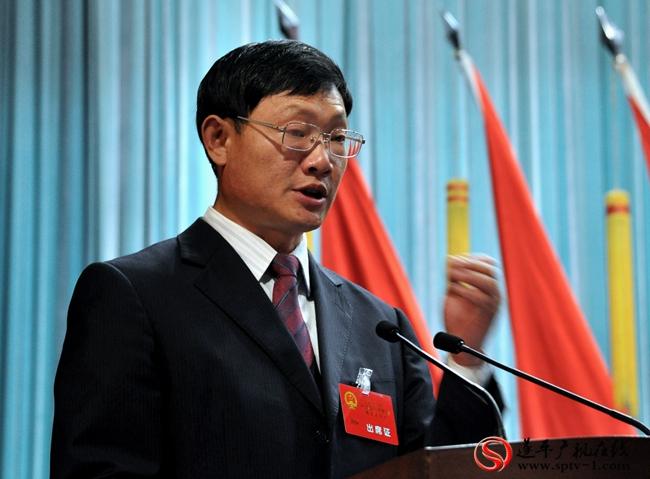 县委副书记、代县长侯蕴受遂平县人民政府委托在会上作政府工作报告