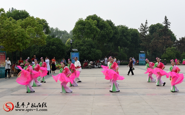 图为遂平虹美舞蹈队在比赛前接受河南电视台采访时的展演。