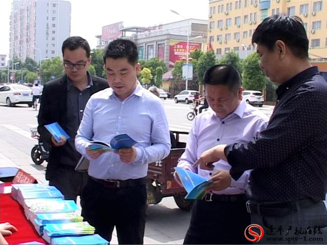 县委常委、县委宣传部部长闫慧勇,县委常委、副县长胡林一参加集中宣传活动。