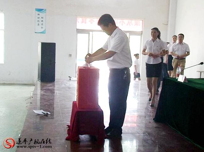 阳丰镇党委书记江海松第一个走向捐款箱捐出自己的一份爱心。