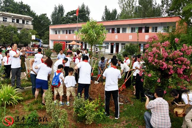 """深圳市思考乐教育集团嘉宾和参加活动地嘉宾共同在种下""""希望之树""""。"""