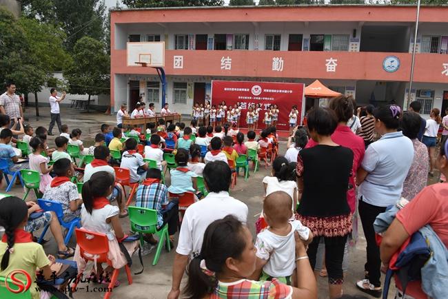 """李兴楼小学学生为思考乐教育集团嘉宾表演""""感恩的心"""",以表谢意。"""