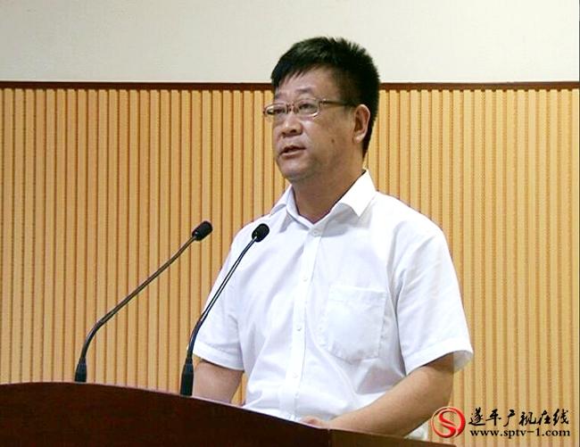 上图:县统战部部长史光辉做项目推介。