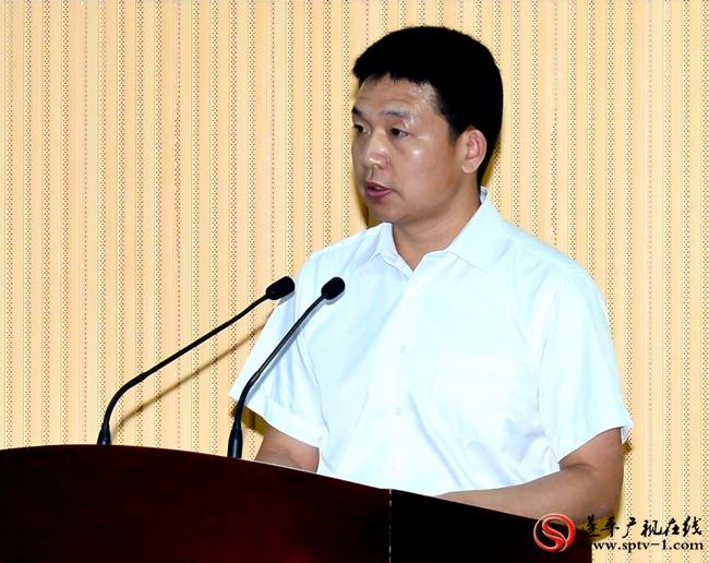 上图:县委副书记李全喜主持签约仪式。