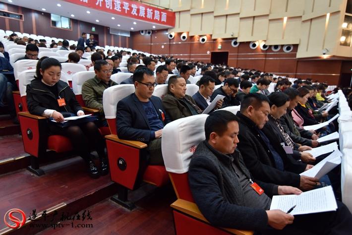 代表们认真听取政府工作报告 摄影:建明 冠红 亚南 魏冬
