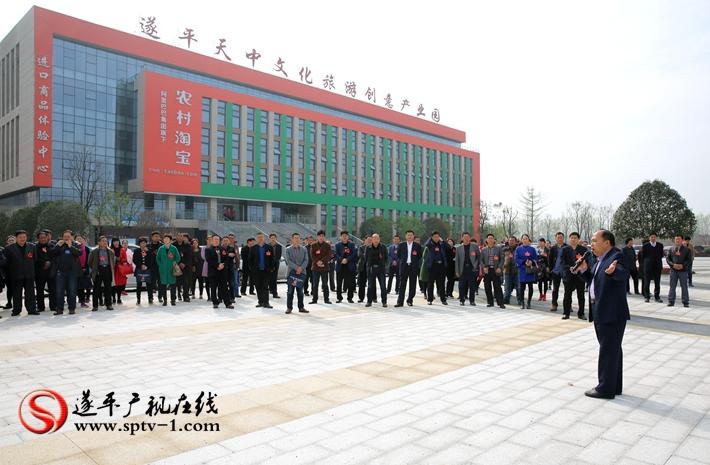 图为:遂平县第十五届人民代表大会第一次会议的人大代表在城南新区听取规划部门的情况介绍。 摄影  冠红 魏冬