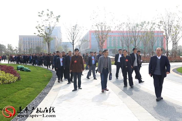 人大代表参观城南新区的规划综合展示中心  摄影:冠红 魏冬