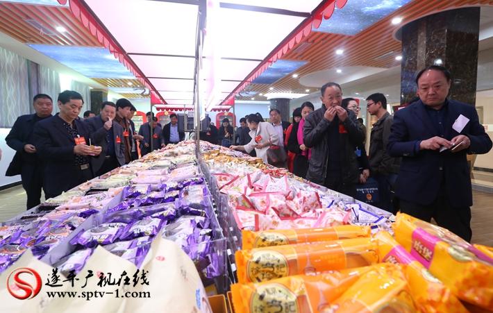 图为:遂平县第十五届人民代表大会第一次会议的人大代表在徐福记食品有限公司参观生产的情况介绍。 摄影  冠红 魏冬