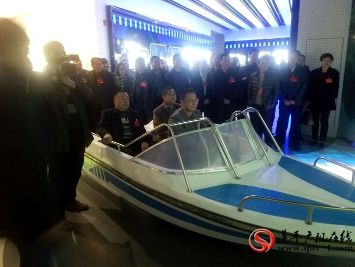 图为:遂平县第十五届人民代表大会第一次会议的人大代表在农有王农业装备有限公司观摩。 摄影 冠红 魏冬