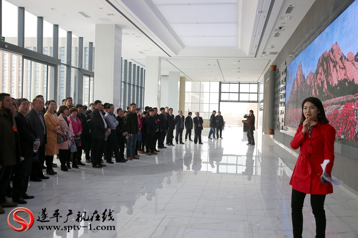 图为:政协委员在城南新区展厅听取整体规划情况介绍。摄影  冠红 魏冬