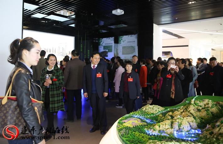 图为:政协委员在规划展馆观摩。摄影  冠红 魏冬