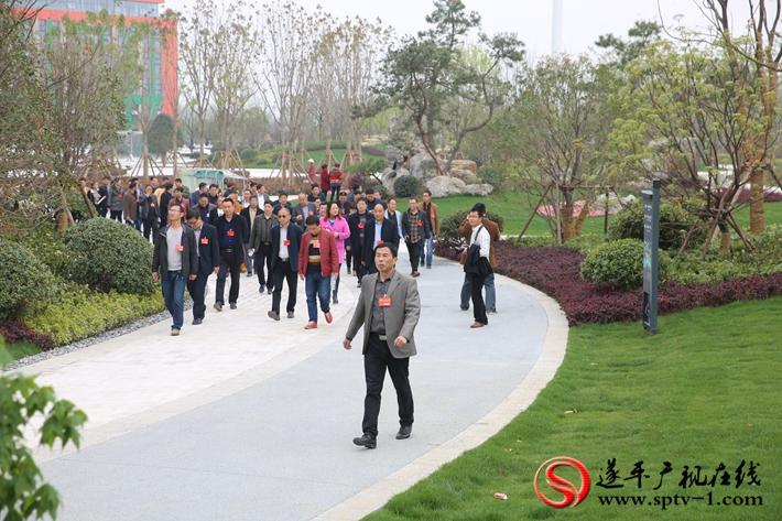 图为:政协委员在城南新区观摩。摄影  冠红 魏冬