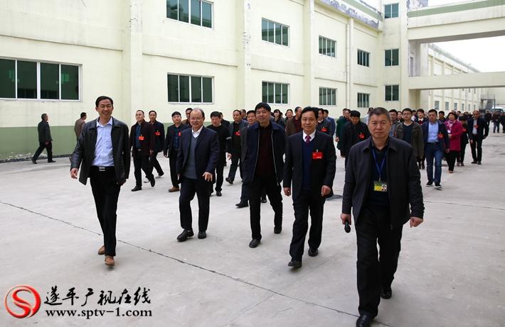 图为:政协委员在徐福记食品有限公司厂区观摩。摄影  冠红 魏冬