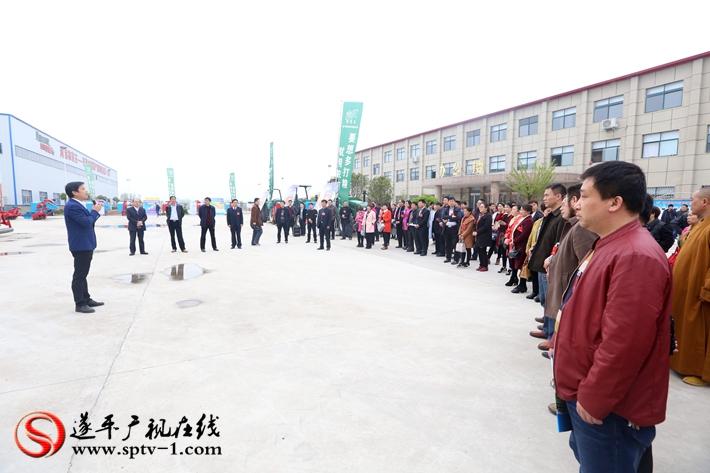 图为:政协委员在听取农有王农业装备有限公司的情况介绍。摄影  冠红 魏冬