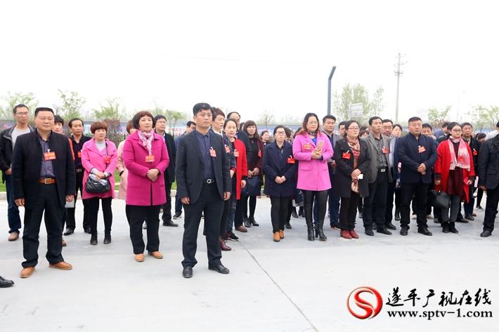 图为:政协委员在产业集聚区观摩绿化情况。摄影  冠红 魏冬