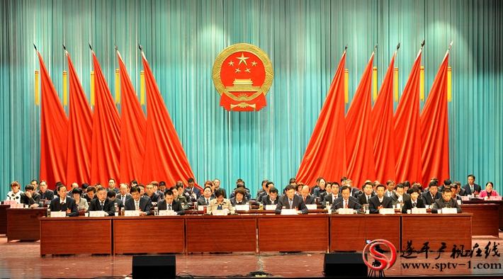 图为:在主席台就坐的县领导 摄影:建明 冠红 魏冬
