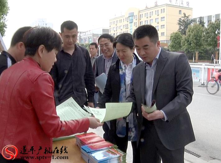 上图:县委常委、县委政法委书记、常务副县长孙大杰、县检察院院长黎梅香出席活动。
