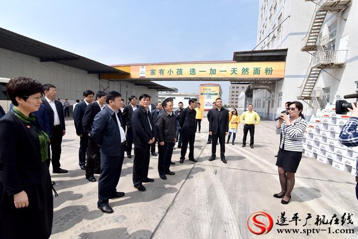 上图:县委书记何冬向考察团简要介绍了我县产业集聚区的发展情况。 摄影 赵建明