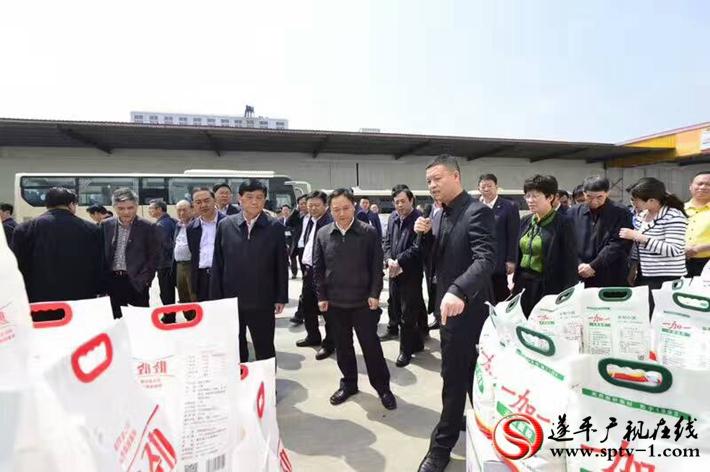 上图:一加一董事长王刚向考察团介绍一加一的生产经营情况。 摄影:赵建明