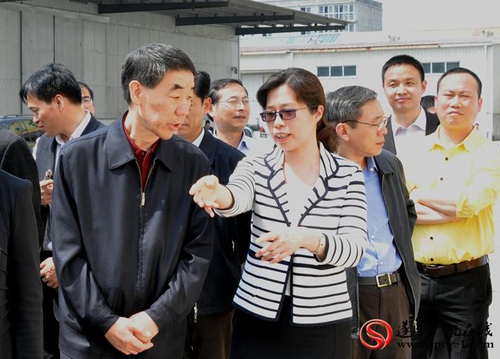 上图:河南省副省长李铁向县委书记何冬询问产业集聚区的发展情况。摄影:赵建明