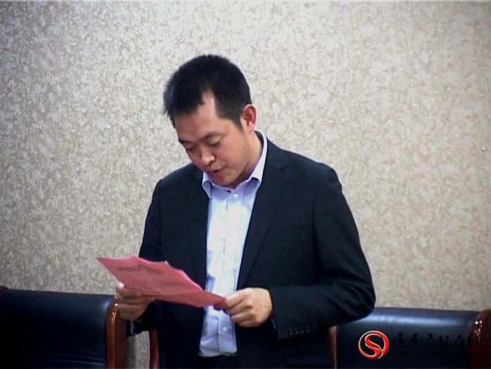 图为:县委副书记尹永彪主持签约仪式