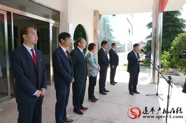 图为:县委组织部副部长李彦彬同志宣读《关于成立中共遂平县旅游业工作委员会的通知》。