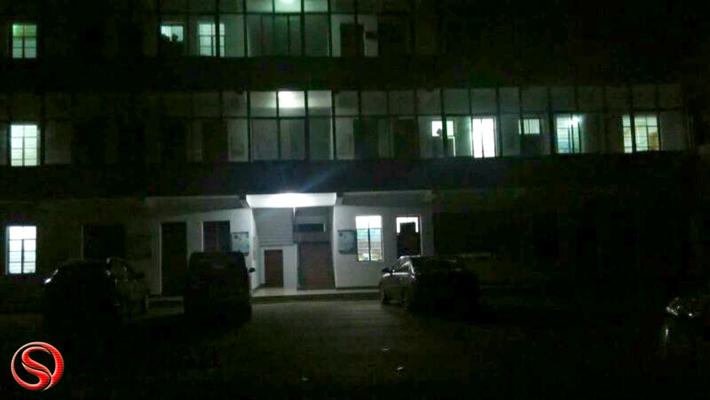 图为:夜间,乡镇办公楼灯火通明。