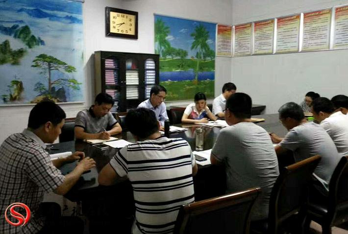 图为:夜间,县扶贫办在乡镇开会指导工作。