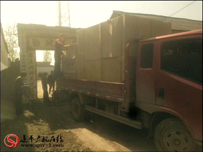 图为:县帮扶单位为村里购置办公设备,改善办公条件。