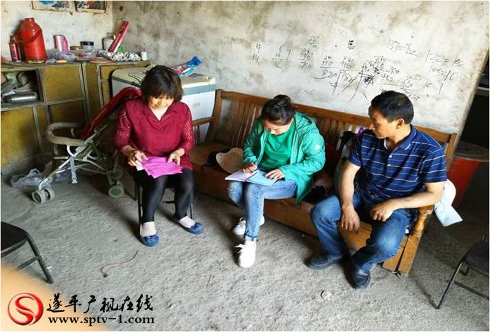 图为:镇村干部、帮扶队员进村入户,调查走访。