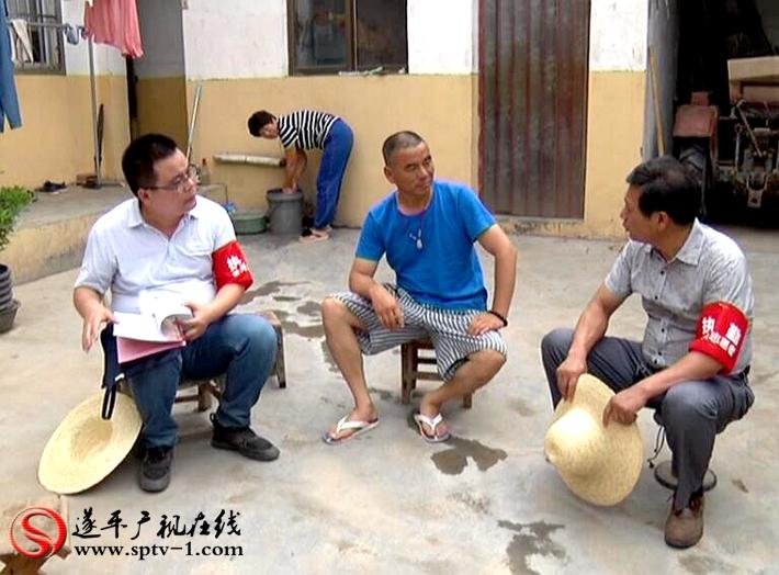 图为:驻村第一书记入户调查脱贫情况。