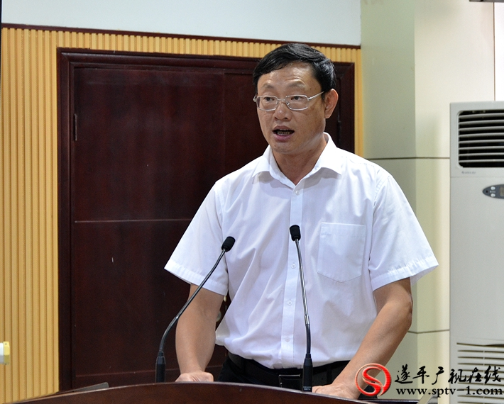 图为:县委副书记、县政府县长侯蕴在第二十届农加会遂平县情推介会暨重点项目签约仪式上致辞。
