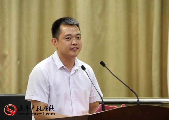 图为:县委副书记尹永彪主持第二十届农加会遂平县情推介会暨重点项目签约仪式。