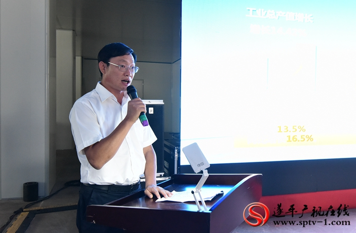 图为:县委副书记、县政府县长侯蕴向市项目观摩团介绍我县项目建设情况。
